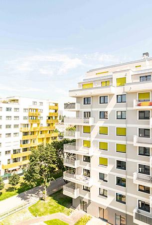 Wohngebäude in weiß mit gelben Rolladen  in Wien