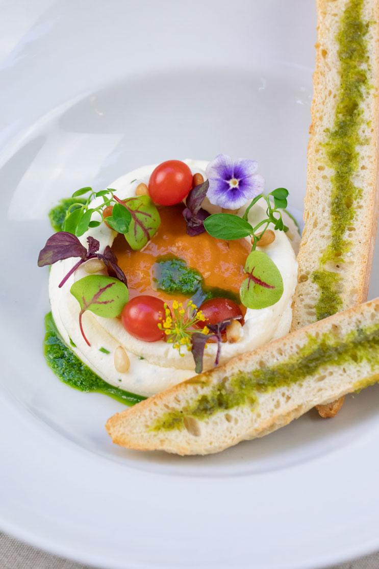 Photo plat aux herbes fraiches, tomates cerises, pesto et sauce tomate