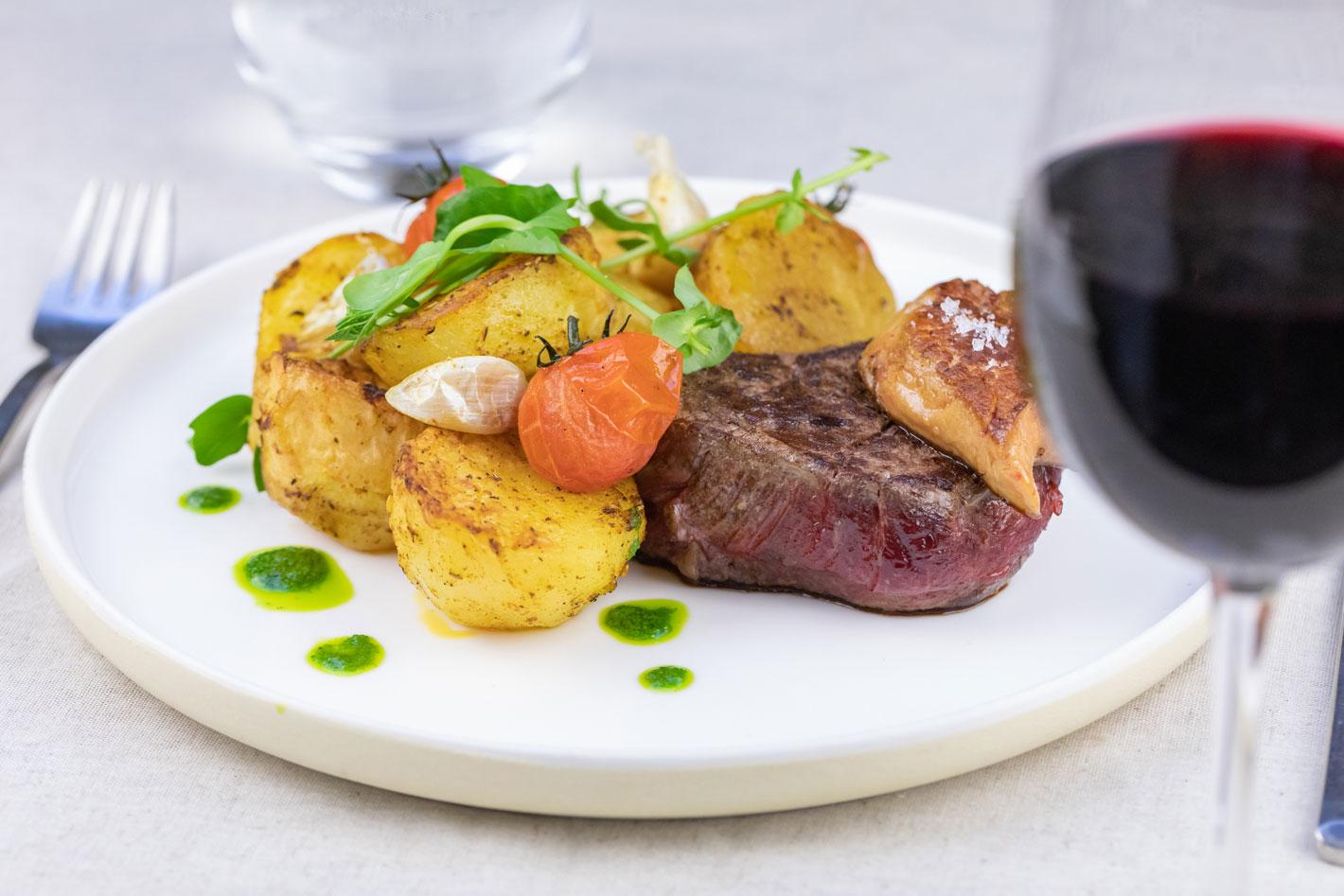 Photo viande, patates douces, ails en chemise et tomates cerises
