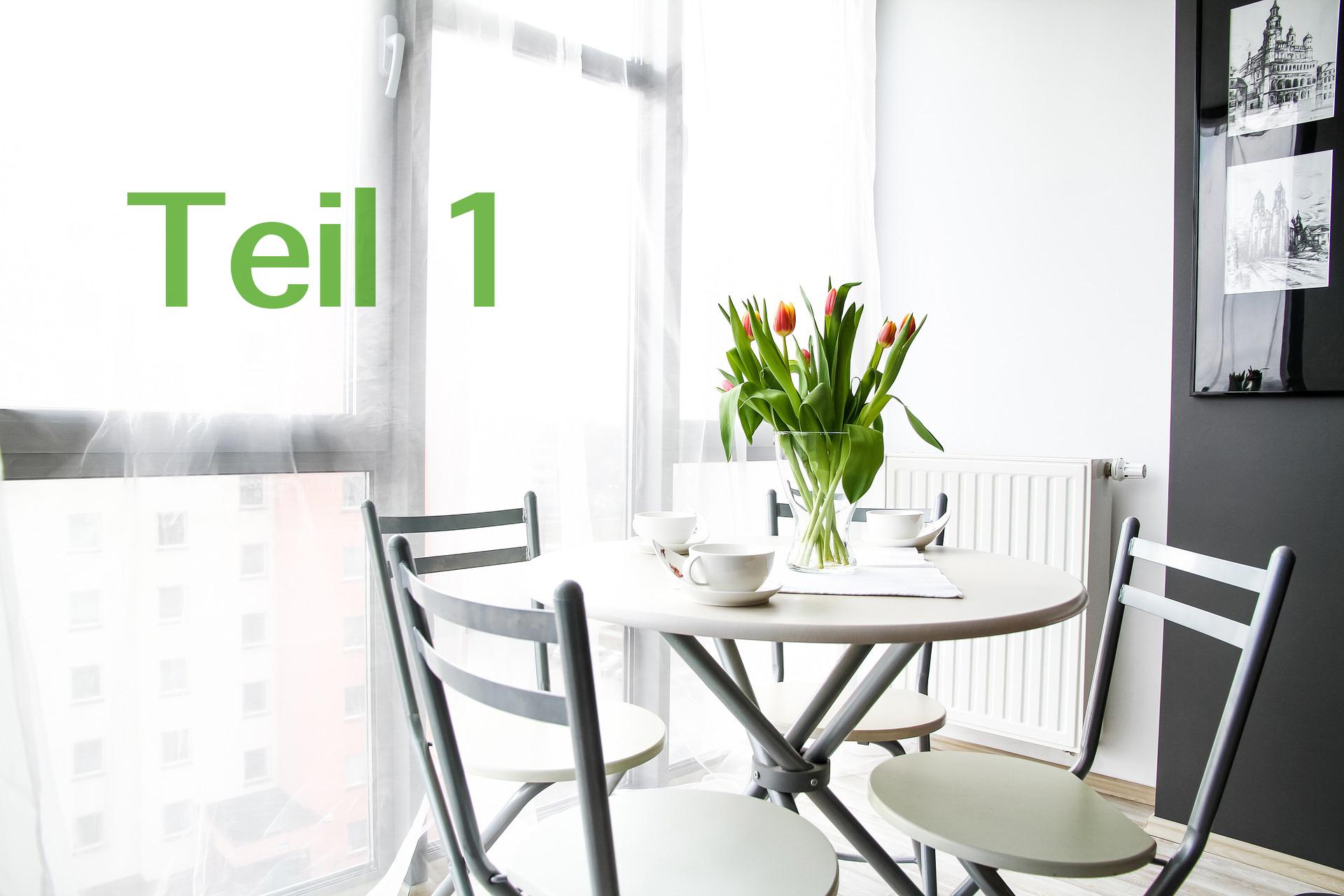 Esstisch im Wohnzimmer mit Tulpen in Vase, Beschriftung Teil 1