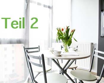 Esstisch im Wohnzimmer mit Tulpen in Vase, Beschriftung Teil 2