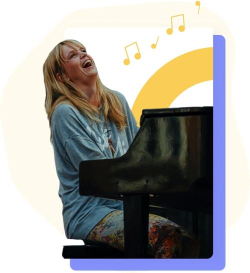 jeune femme jouant du piano souriante