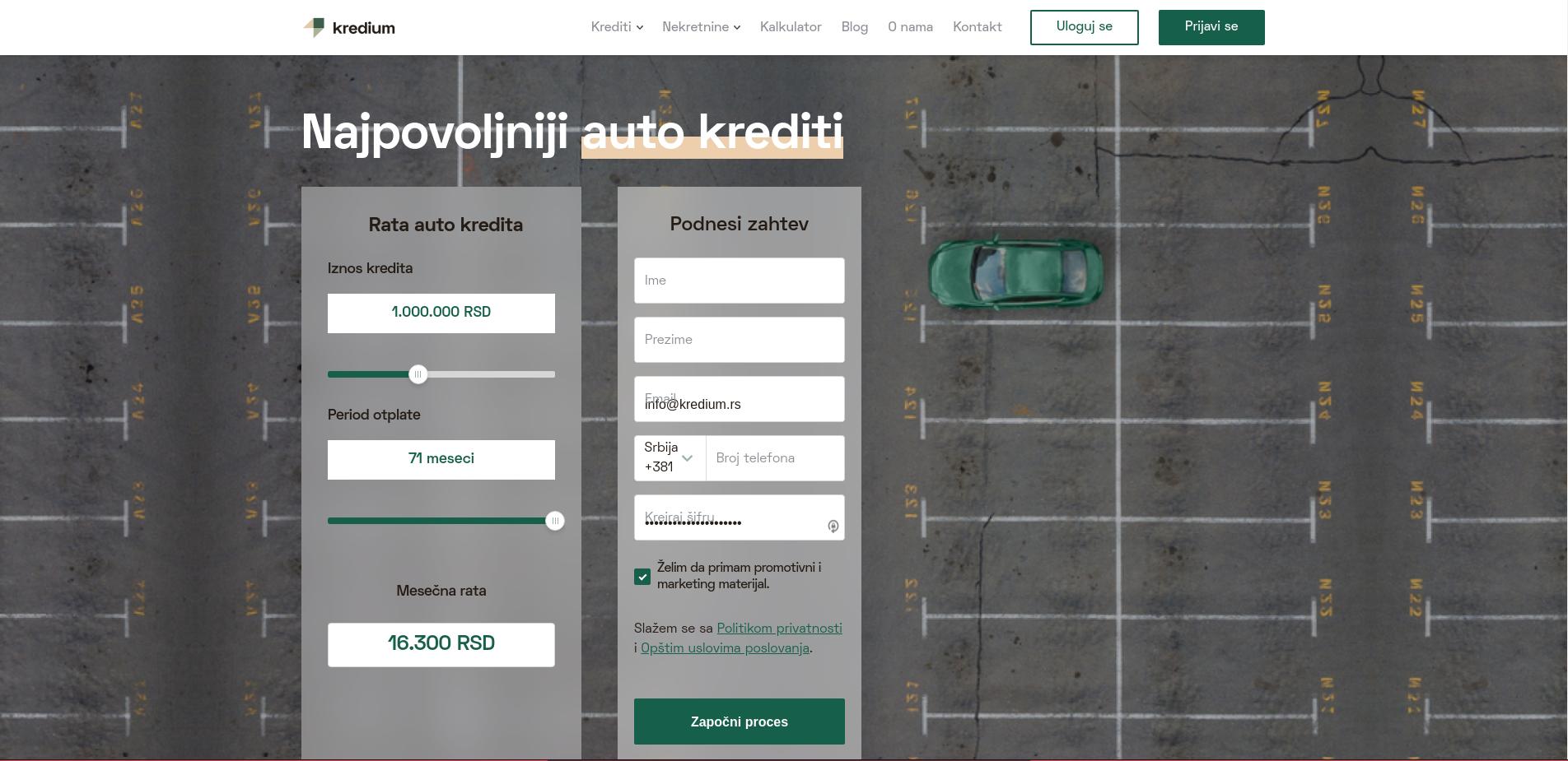 Parking sa jednim zelenim automobilom i kalkulatorom za izračunavanje najpovoljnijeg auto-kredita