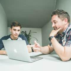 Elev som lærer spansk av sin private spansklærer. Peker på nettside.