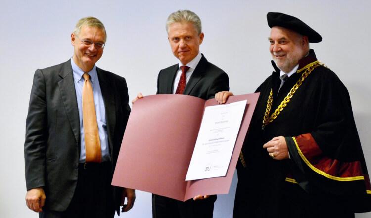 Überreichung der Urkunde zur Berufung auf den Lehrstuhl für Allgemeinchirurgie der medizinischen Fakultät der Sigmund Freud Privatuniversität