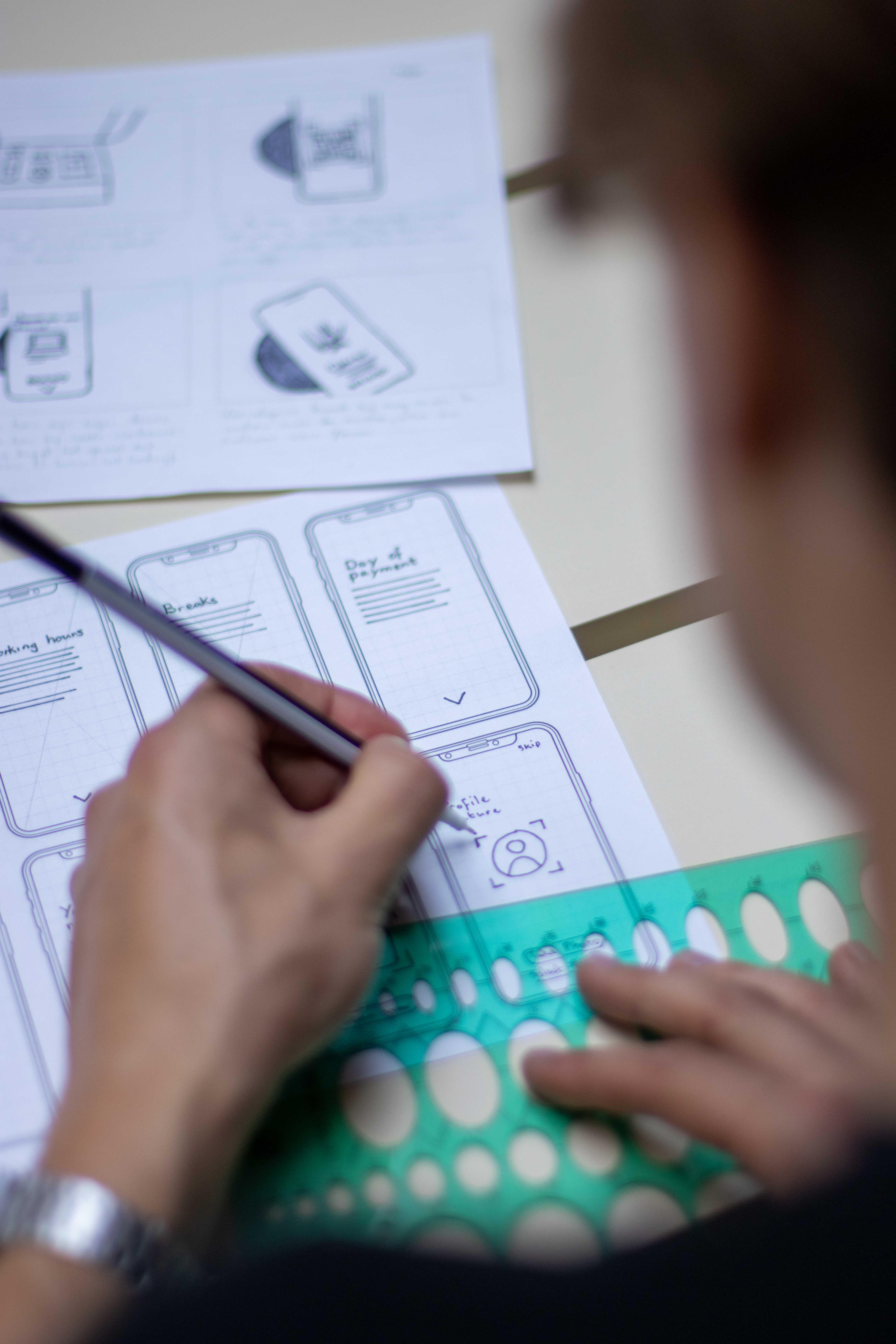 Ruben van De Vormbrouwers interfaces aan het schetsen