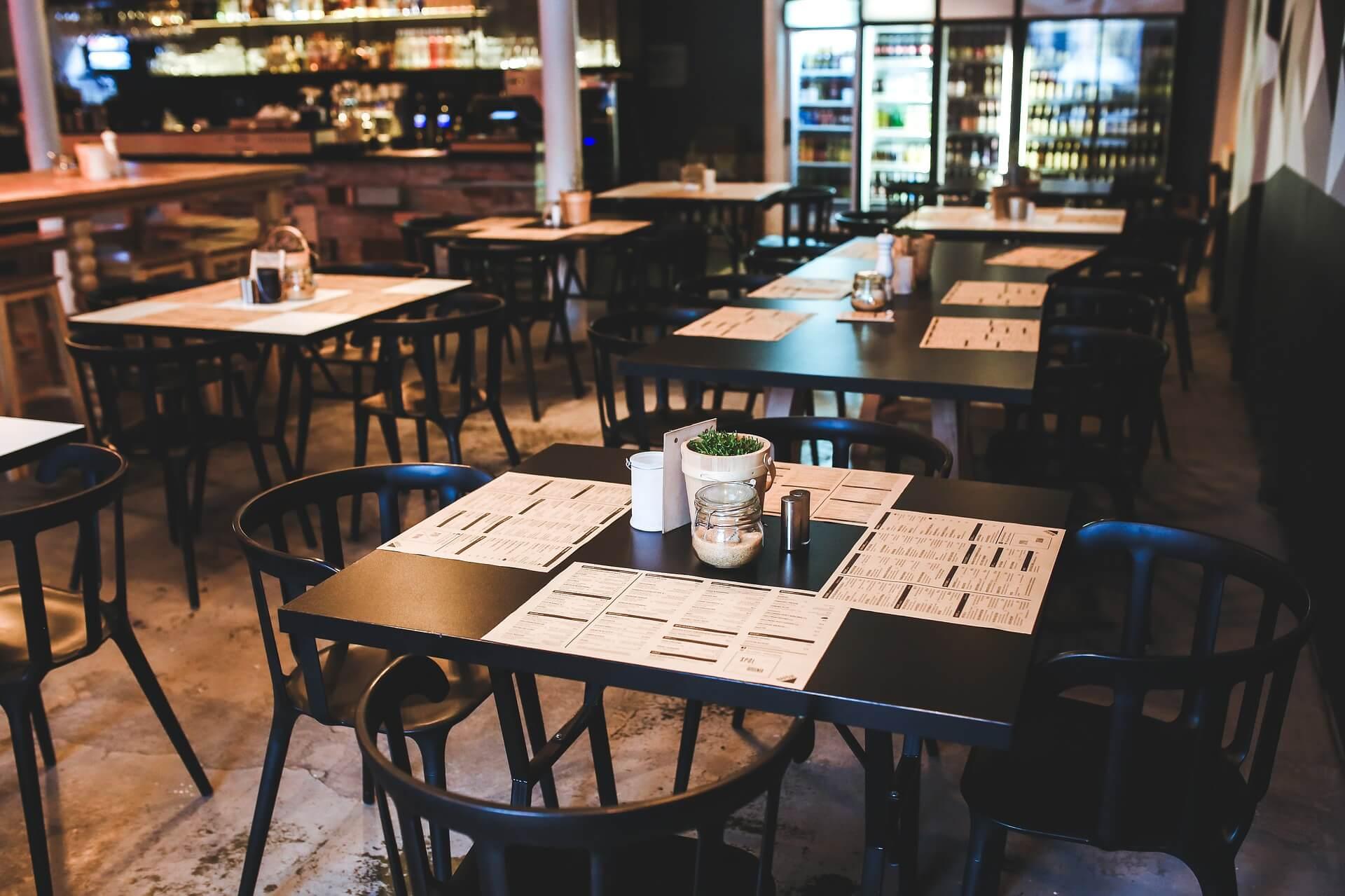 Interno di un bar senza persone preparato per una sanificazione covid 19