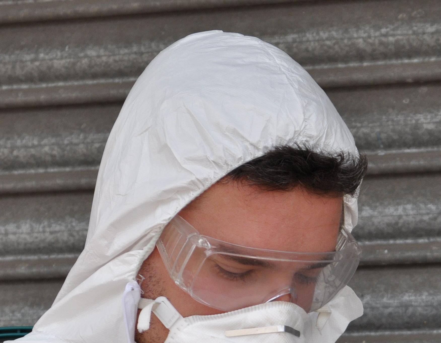 Un operatore munito di dispositivi di protezione personale si appresta ad eseguire una sanificazione covid 19 per aziende a latina