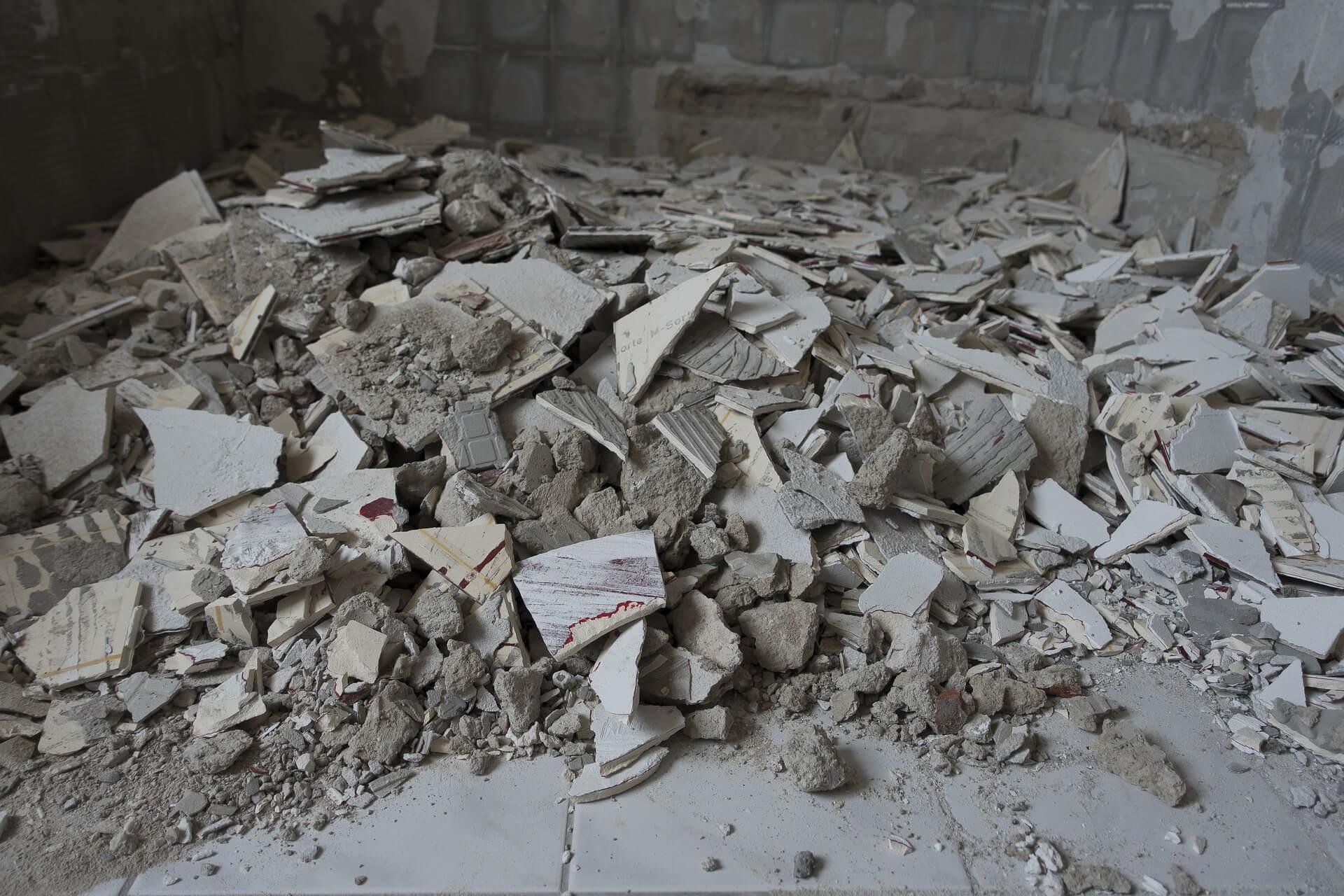 Detriti lasciati dopo lavori di muratura in un negozio