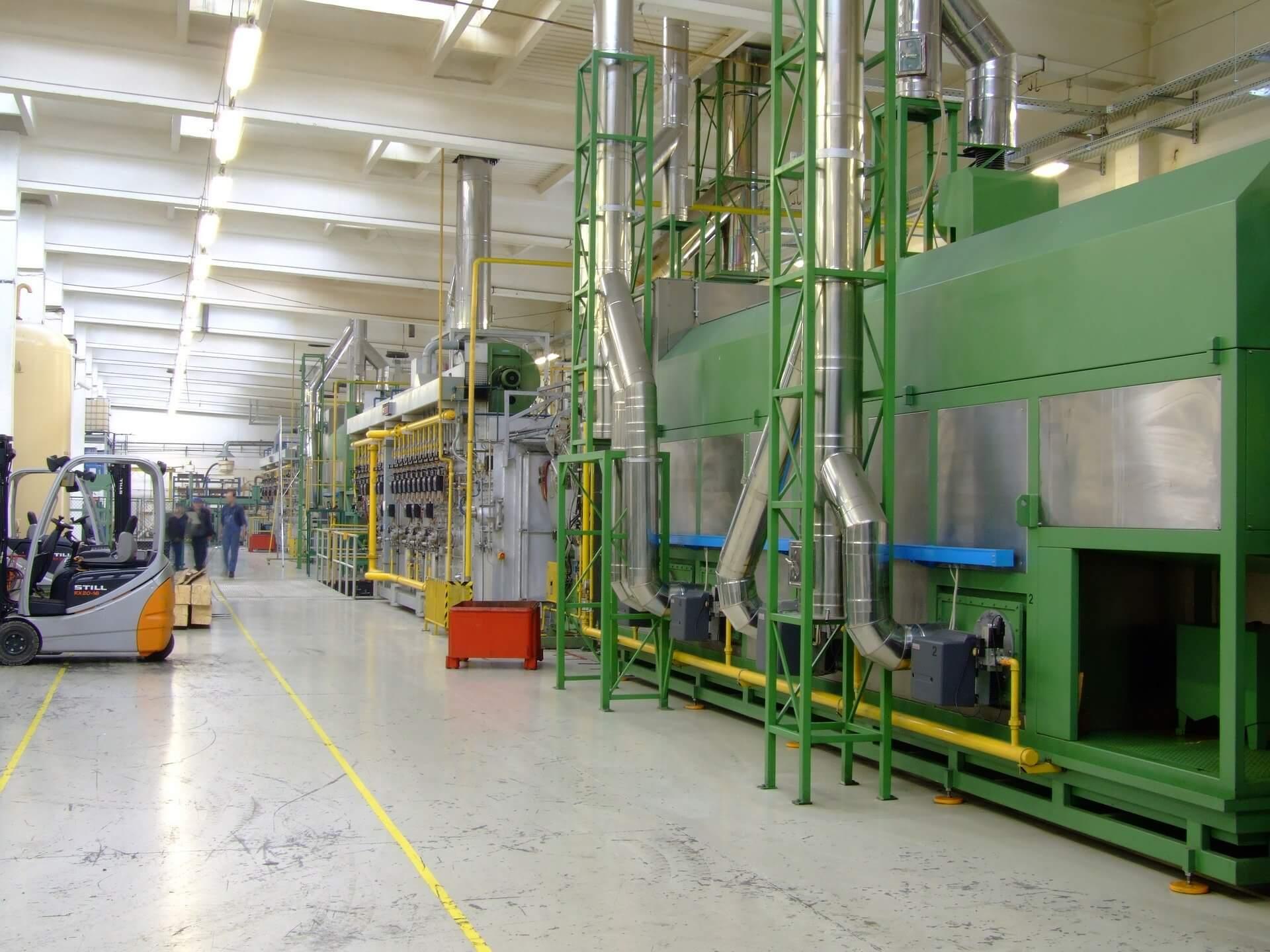 Fotografia dell'interno di un capannone industriale