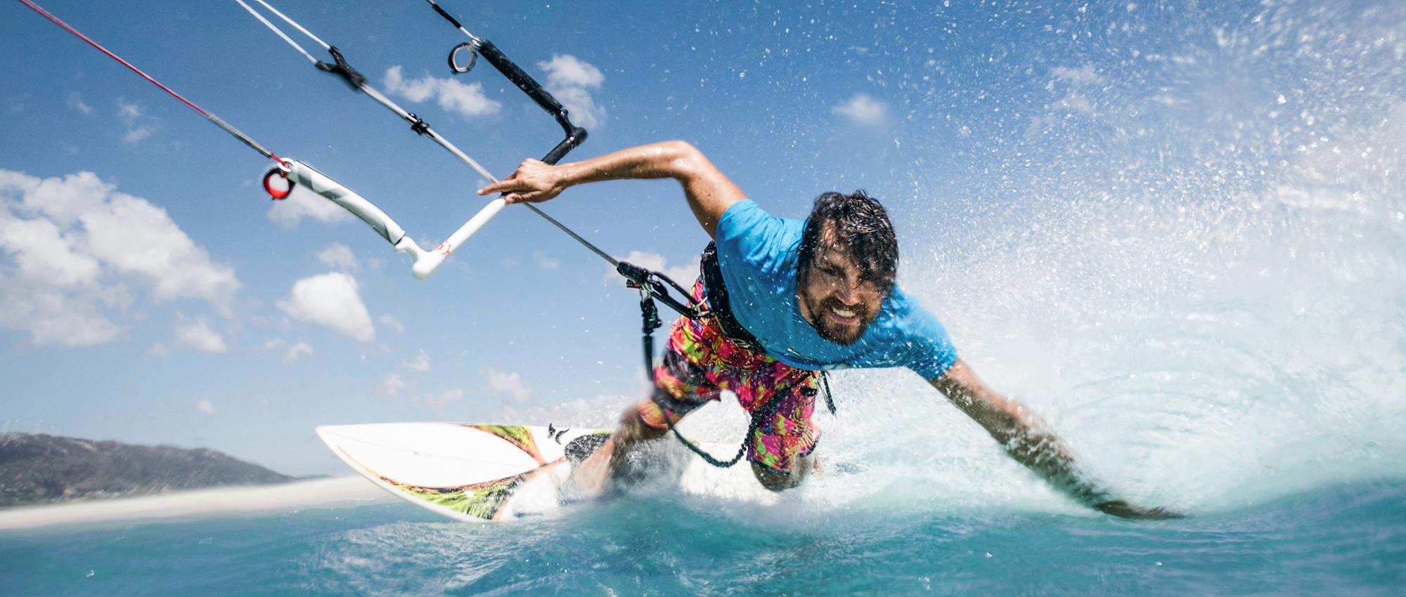 Spühre das Wasser in deinem Gesicht und den Wind in deinen Haaren beim Windsurfen in deiner Nähe!