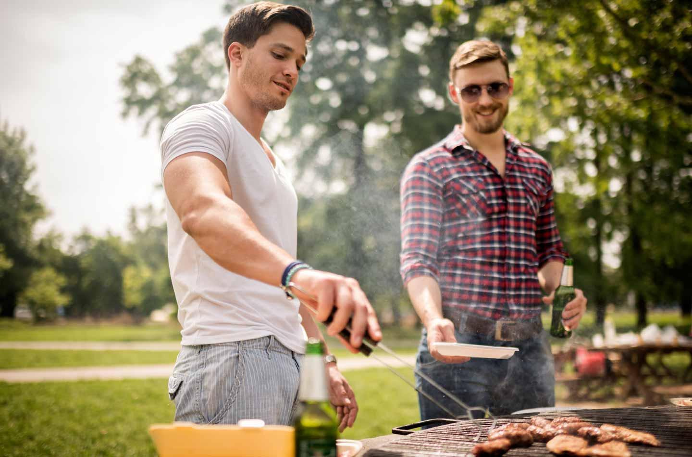 Gemeinsam Grillen im Münchner Park zählt zu den Top Wochenenderlebnissen für deinen Sommer in München.