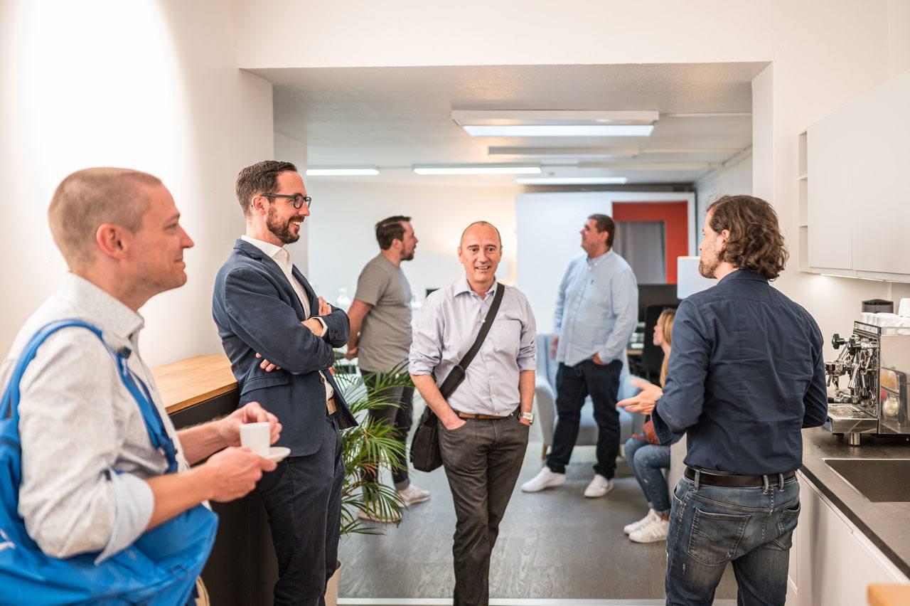 Pascal und Marco begrüßen das Team von MAGNET-PHYSIK bei form in Köln: erstmal einen Espresso.