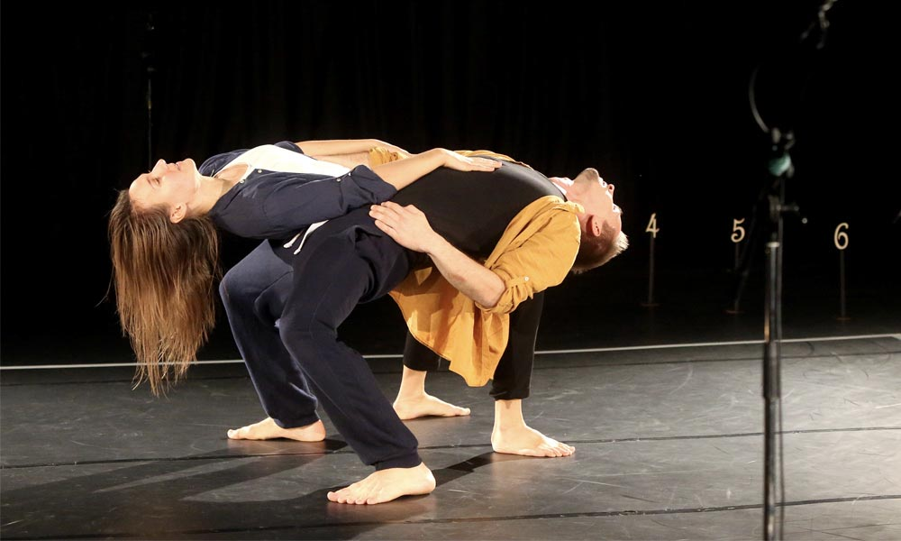 Anna Kempin and Johannes Blattner are dancing at Jukebox 2.0 contemporary dance performance, leaning against each other