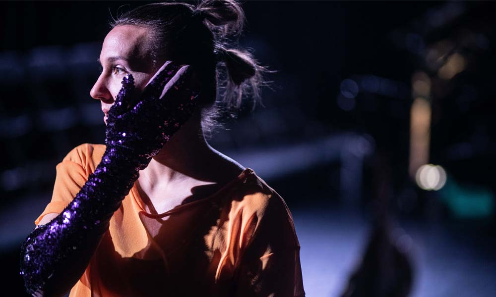 Contemporary dance freelancer Anna Kempin performing in Vox event, looking towards the audience
