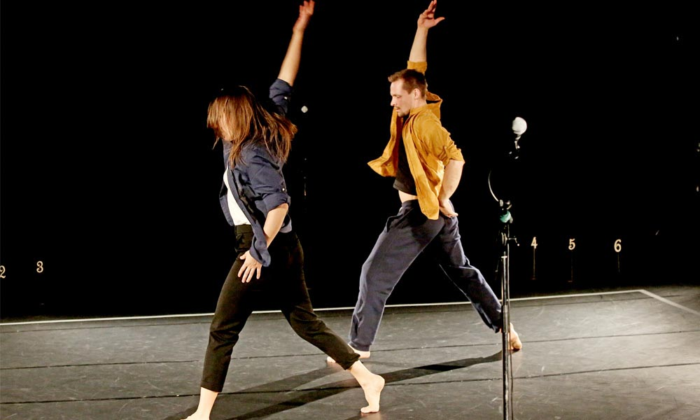 Anna Kempin and Johannes Blattner are dancing at Jukebox 2.0 contemporary dance performance, raising their hands high