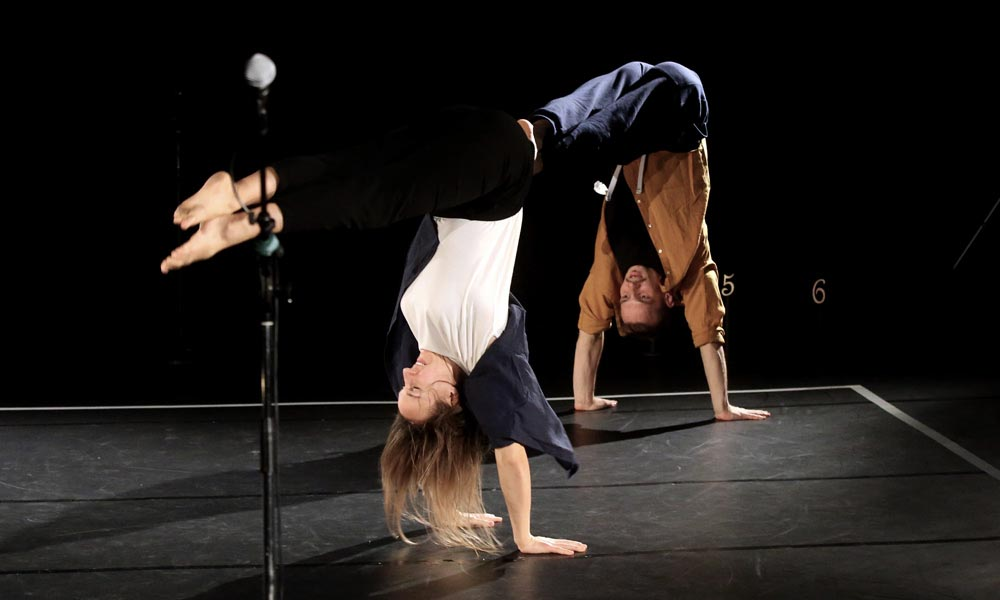 Anna Kempin and Johannes Blattner are dancing at Jukebox 2.0 contemporary dance performance, standing on their hands