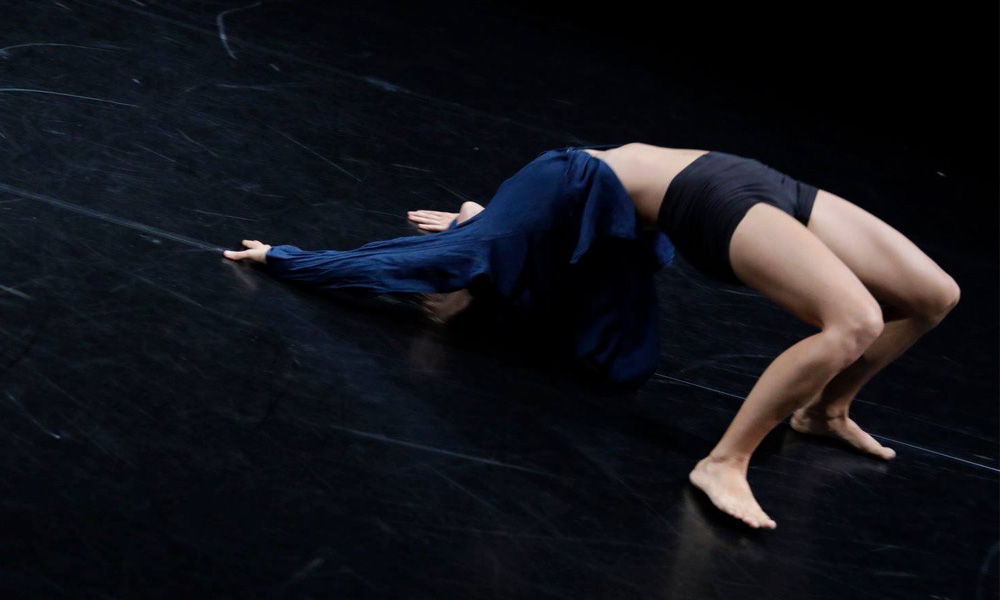 Anna Kempin is making a bridge with her body, during InBetWeEn A Shock dance performance