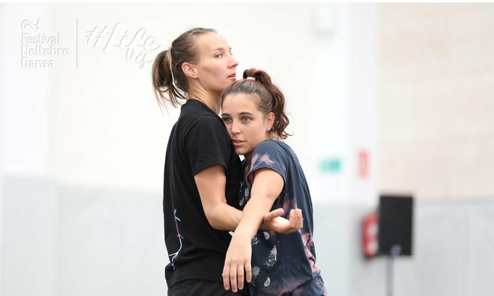 Contemporary freelance dancer Anna Kempin is connecting wrist to wrist with another dancer in Deltebre Dansa Festival partnering masterclass