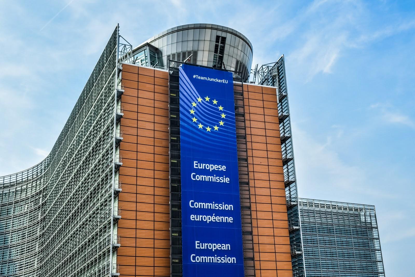 Gebäude der Europäischen Kommission in Brüssel vor blauem Himmel