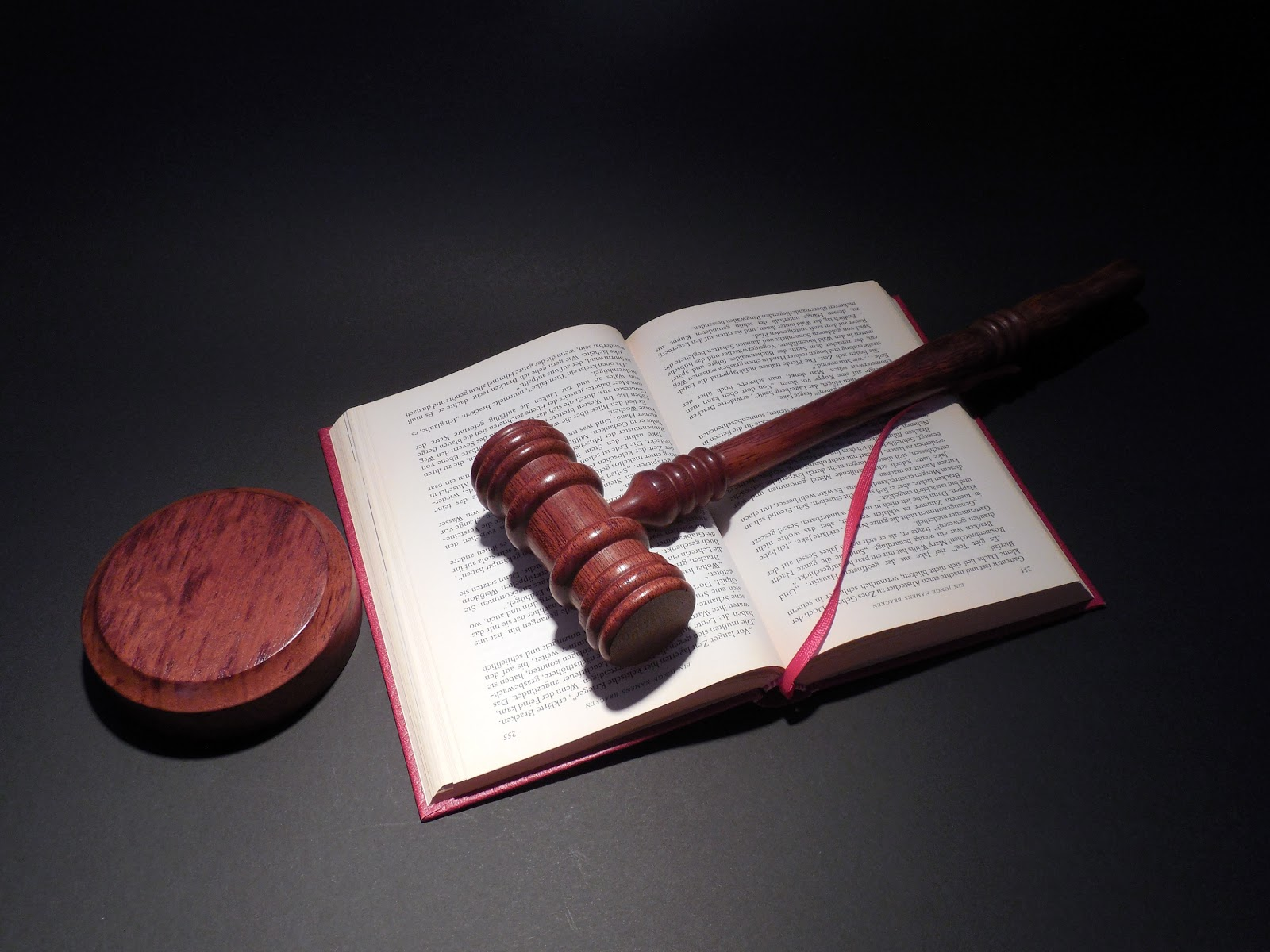Richterhammer auf Gesetzbuch in rotem Einband