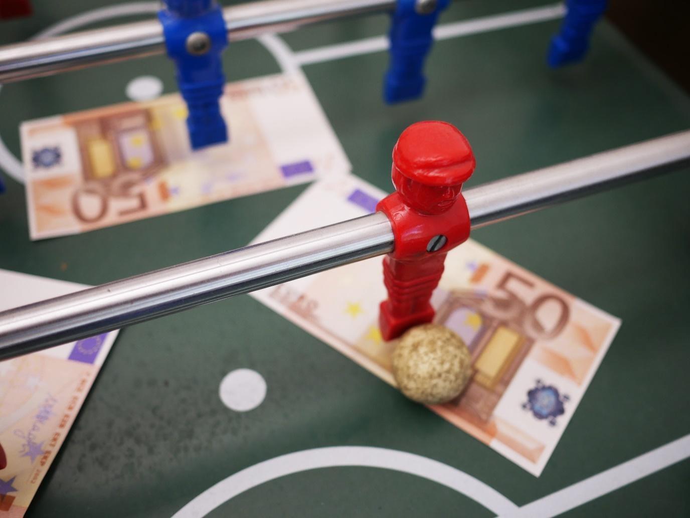 Tischfußball mit Spielfiguren auf 50-Euro-Scheinen