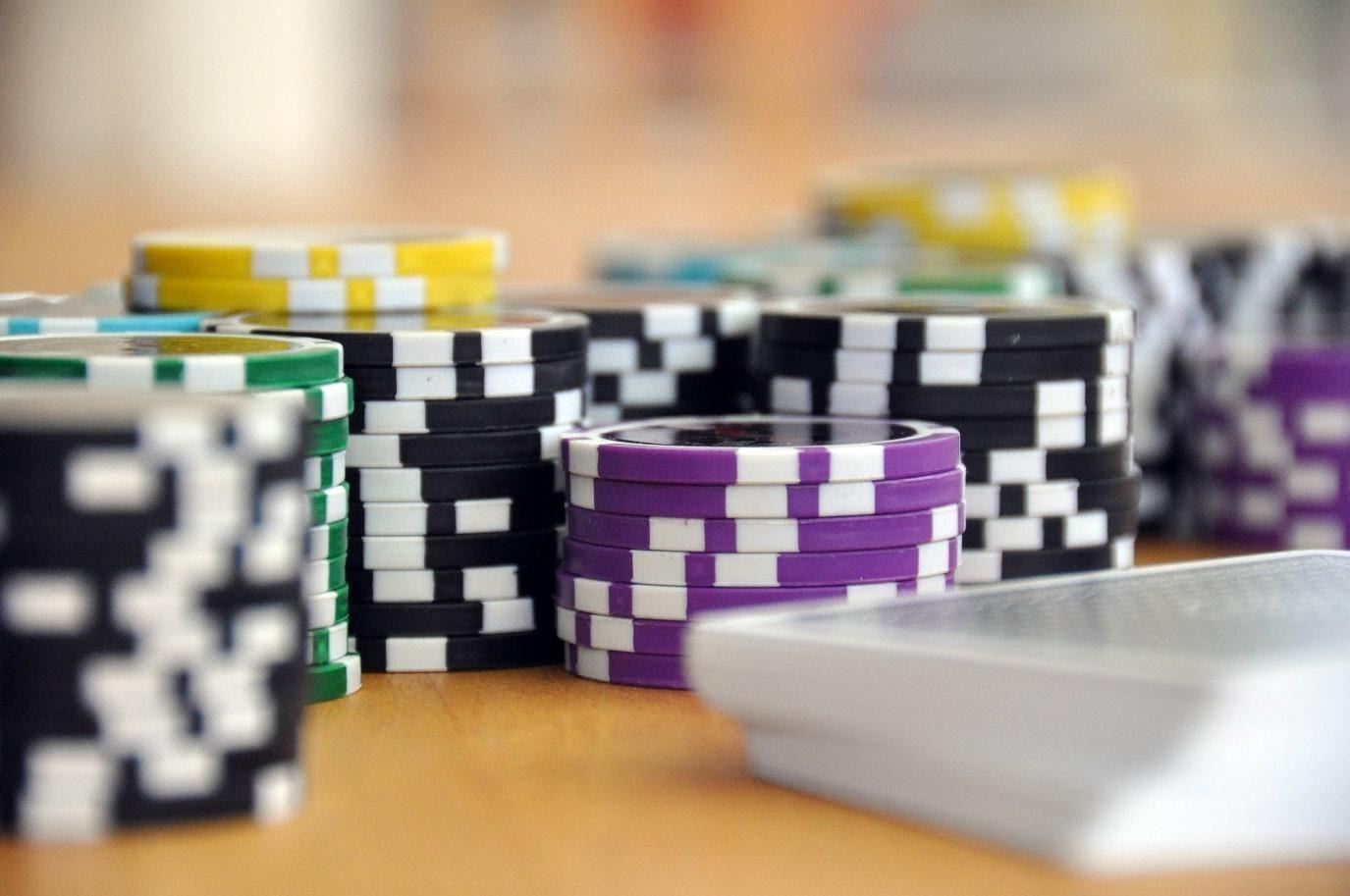 Spielkarten und Pokerchips zu Stapeln gehäuft