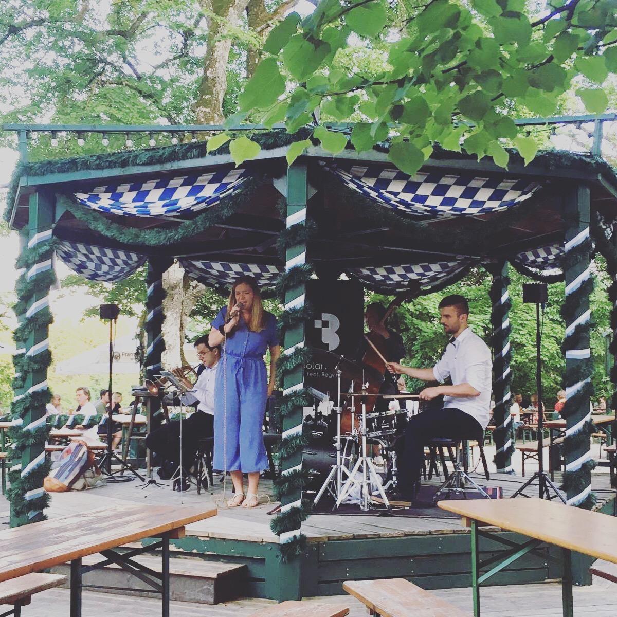 Jazzband, Bolandi Trio mit Sängerin Regy, live im Jazzbiergarten Waldwirtschaft bei München 2019