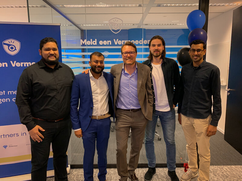 Opening van het Meld een Vermoeden kantoor bij Yes!Delft The Hague samen met {rins Constantijn.