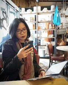 wanita sedang memegang Iphone