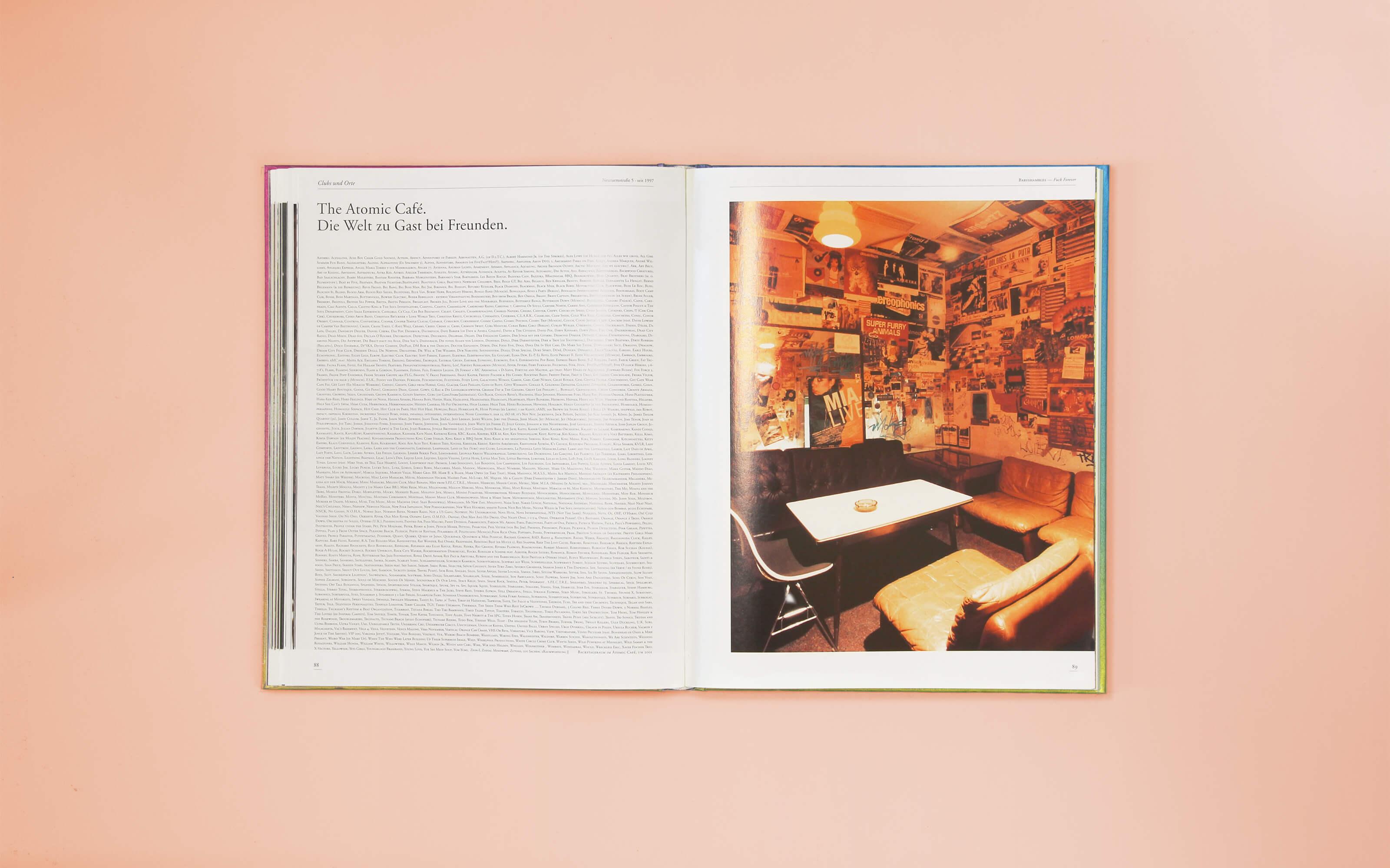Doppelseite innen mit Text und Fotografie