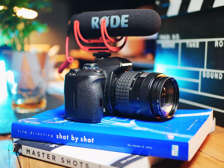 grafitowe studio youtube - kamera na książkach, podręcznikach filmowania