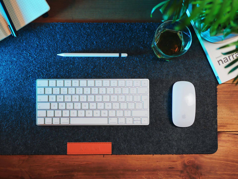 grafitowe studio blog, klawiatura i myszka, oraz książka pawła tkaczyka narratologia na biurku