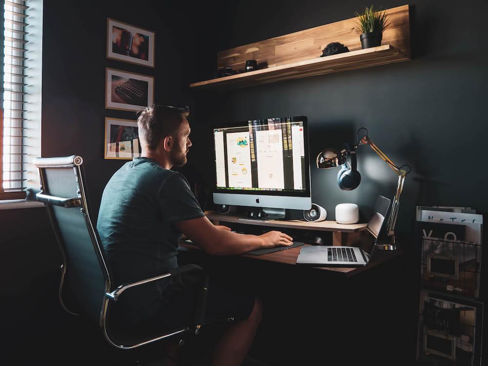 Piotr B Stasiak przy komputerze projektuje UX