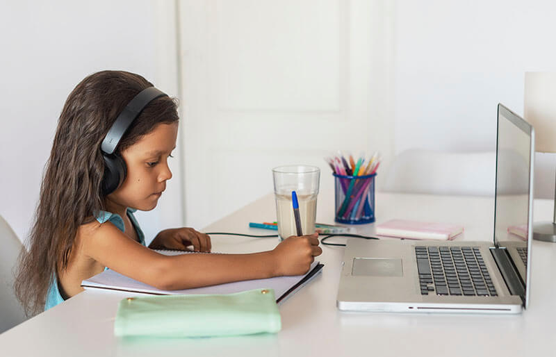 young girlg giving tech support
