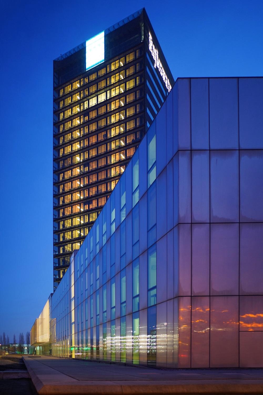image 1000 x 1500 pixels, a skyscraper