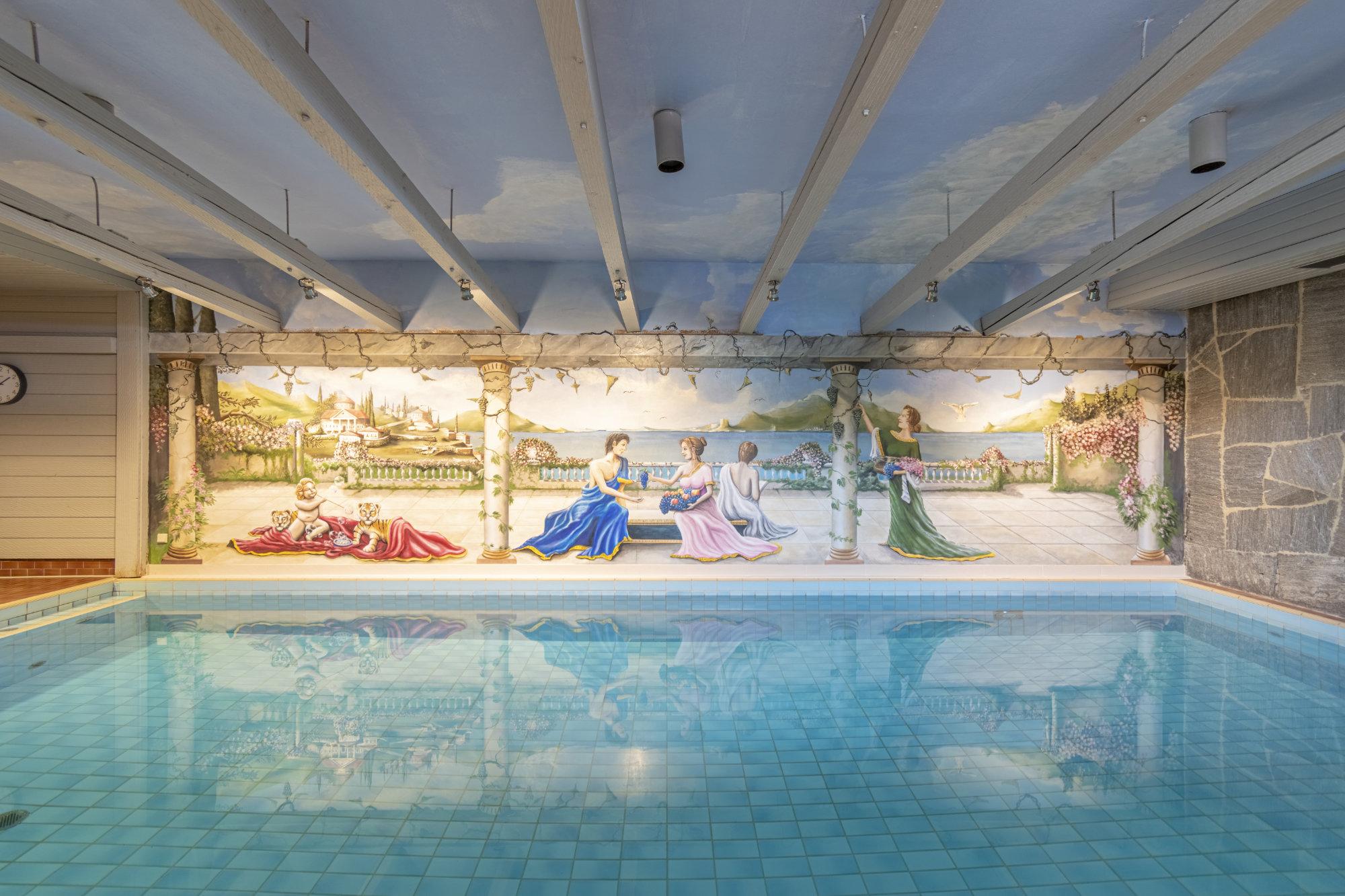 Schwimmbecken mit Wandgemälde