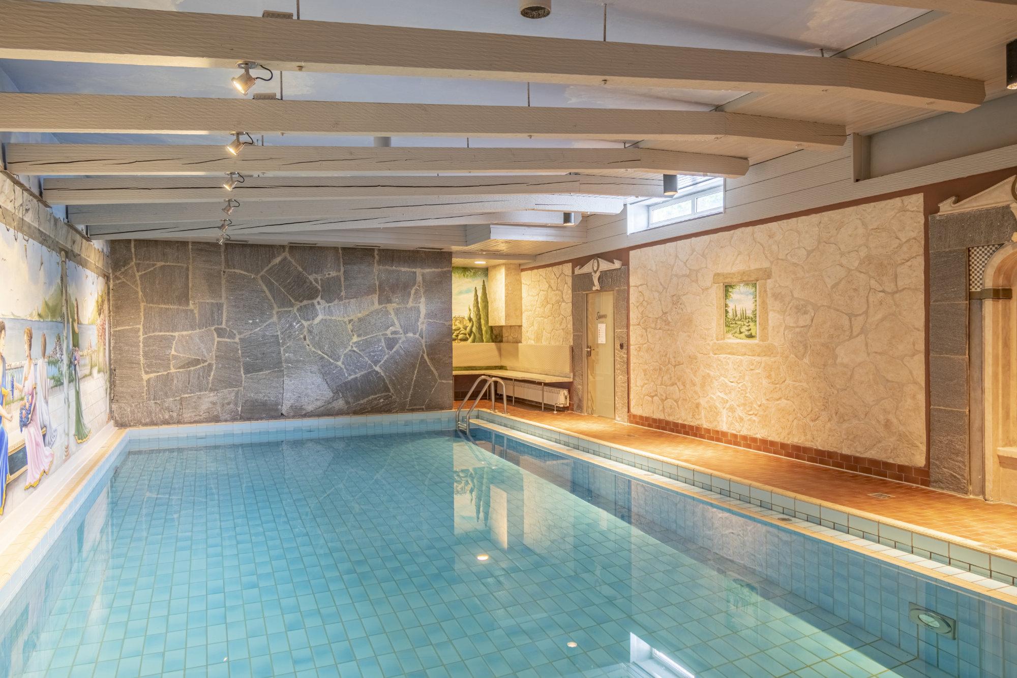 Schwimmbecken mit dem Weg zur Sauna