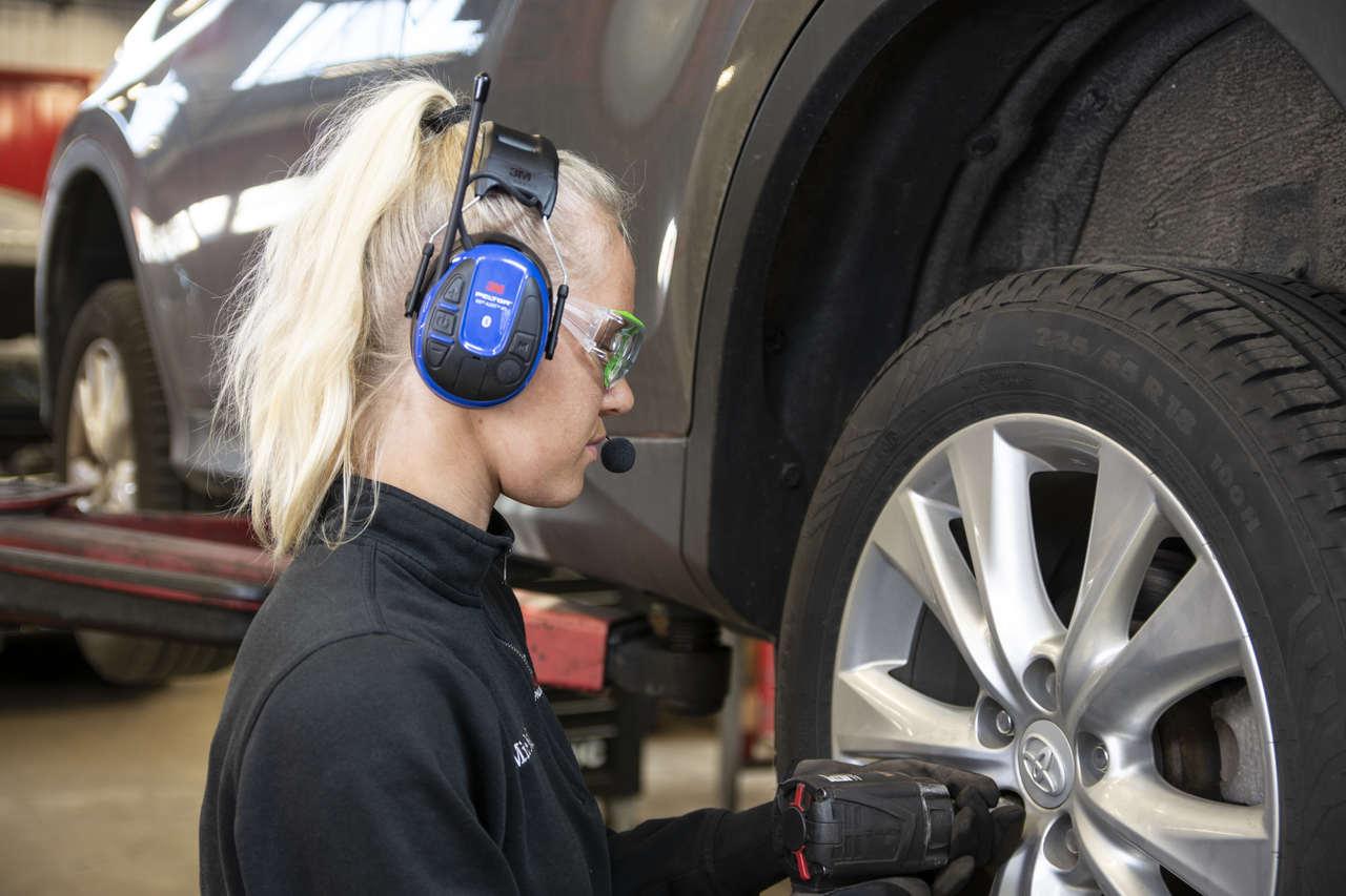 Zastosowanie aktywnych ochronników słuchu 3M w fabrykach i zakładach pracy.