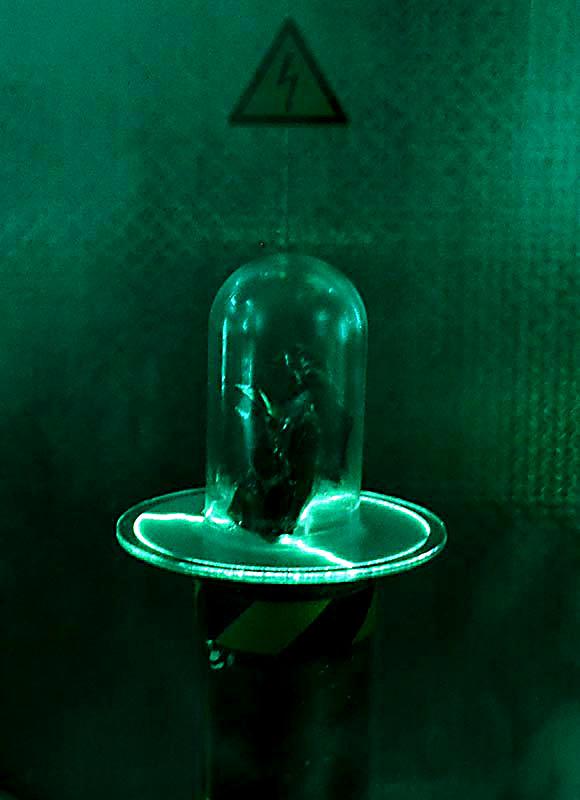 Kristall in einem Glas von grünem Licht umgeben.