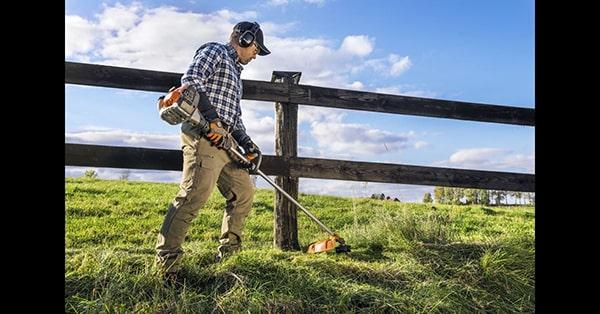 Nên dùng máy cắt cỏ chạy pin, điện hay xăng ?