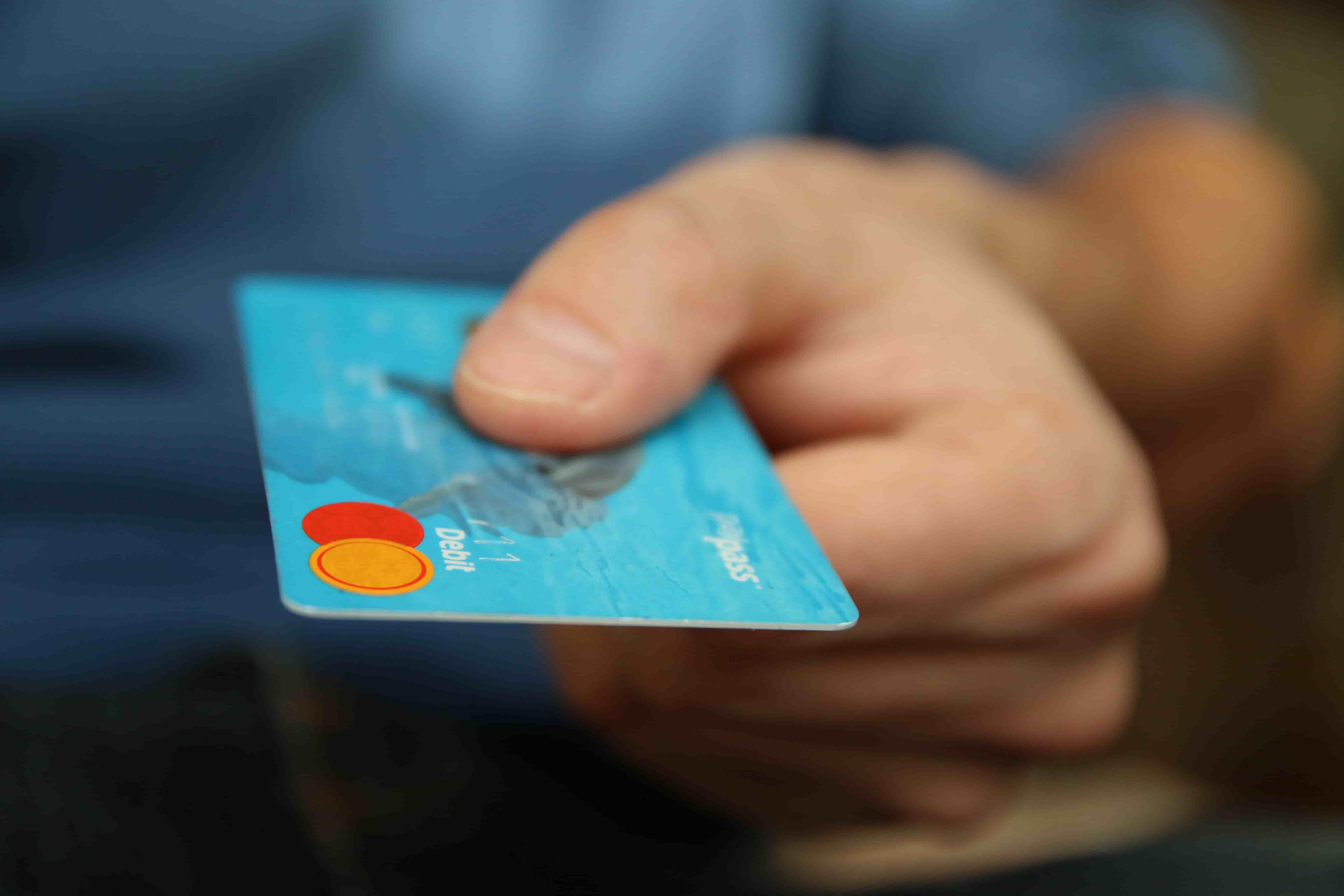 Thẻ tín dụng có miễn phí không?