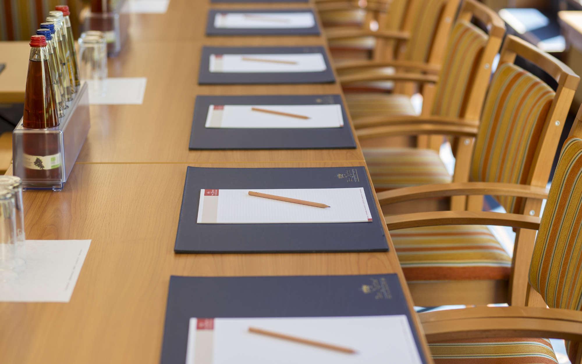 Nahaufnahme der Arbeitsplätze im Tagungsraum Schleißheim