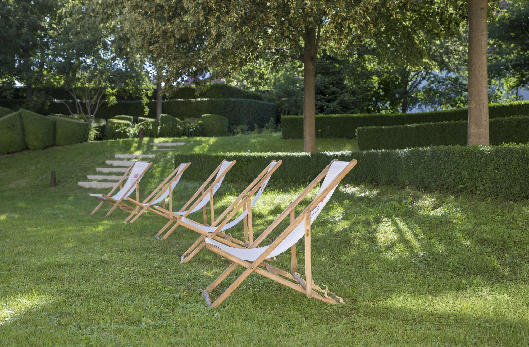 Klapp-Liegestühle für Tagungen im Hotelgarten
