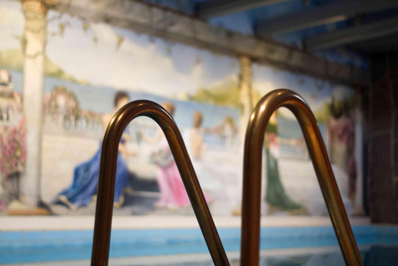 Einstieg in das Schwimmbecken