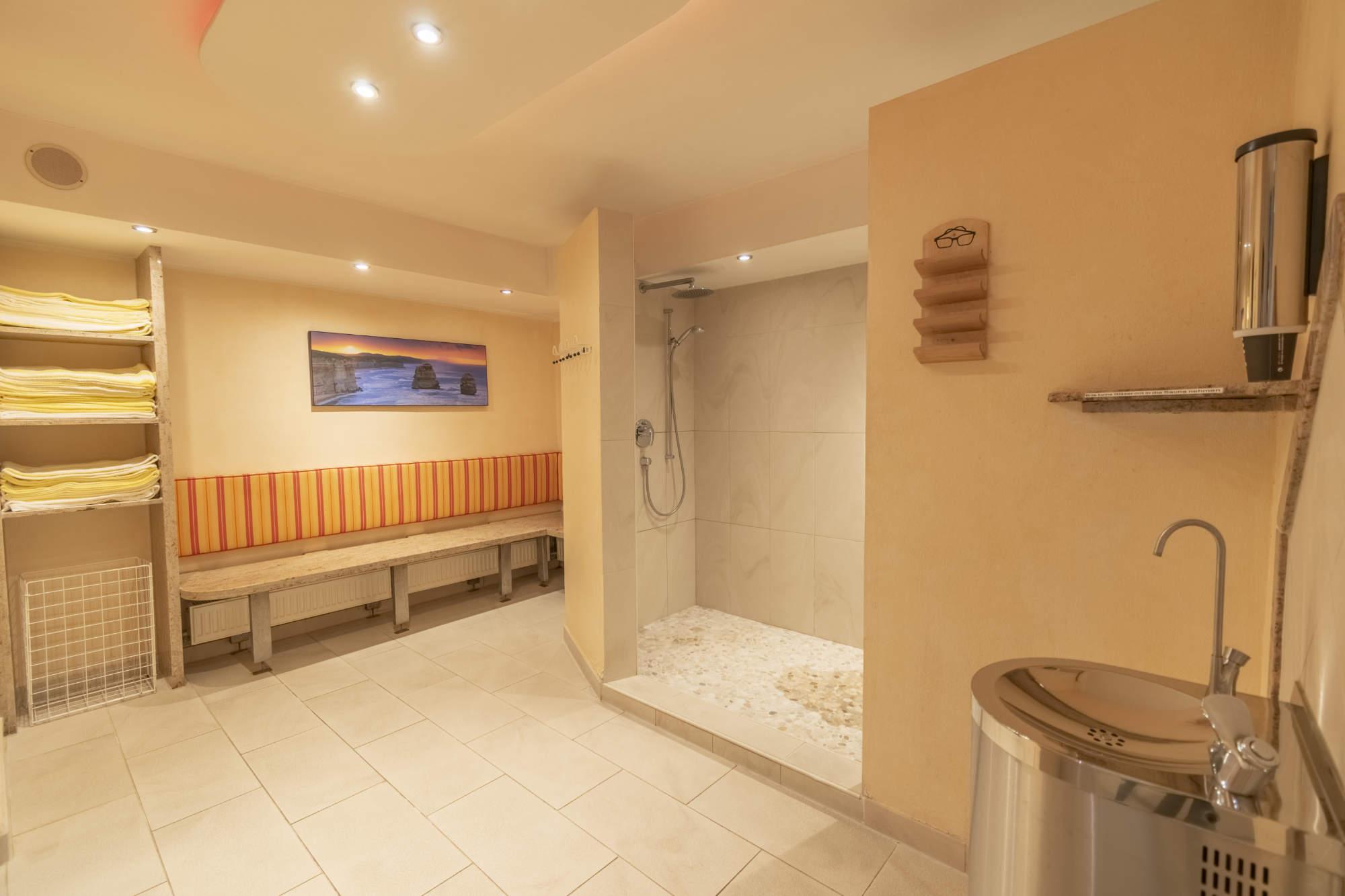 Vorbereich vor der Sauna mit Duschen