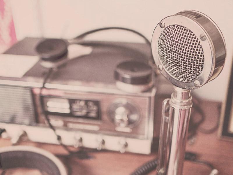 A radio and a microfone.