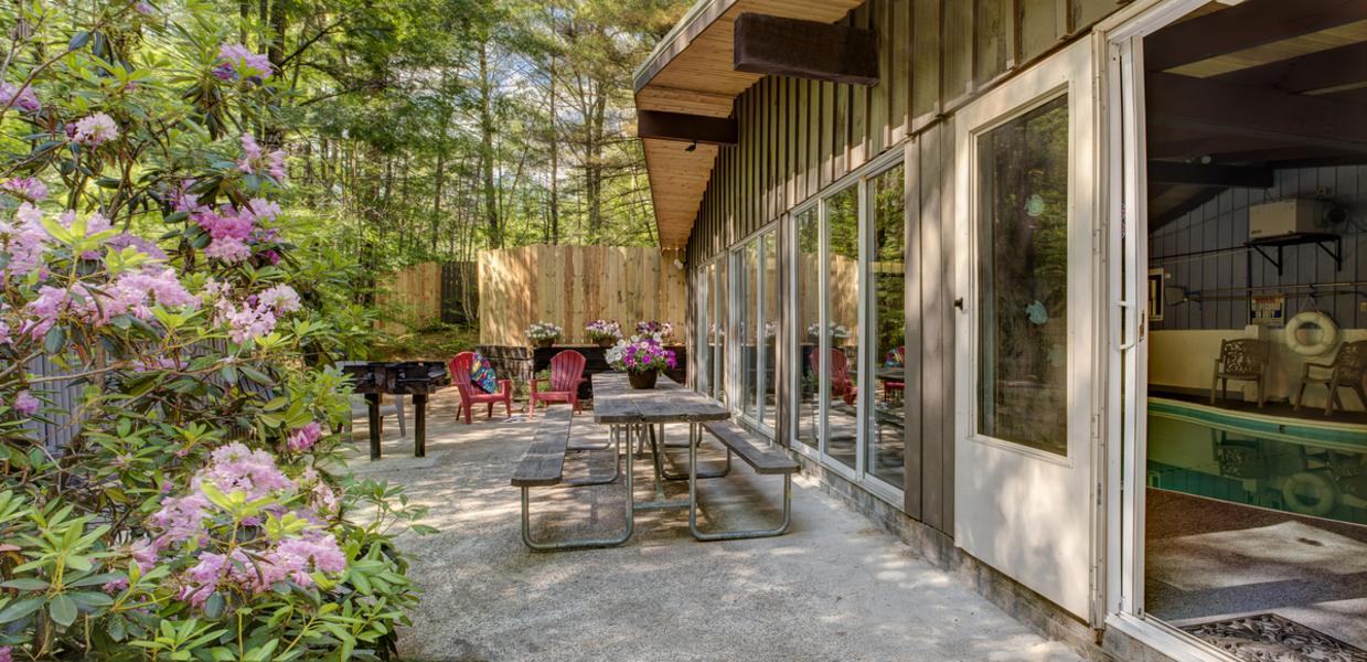 Four Seasons Lodge, Outdoor Patio