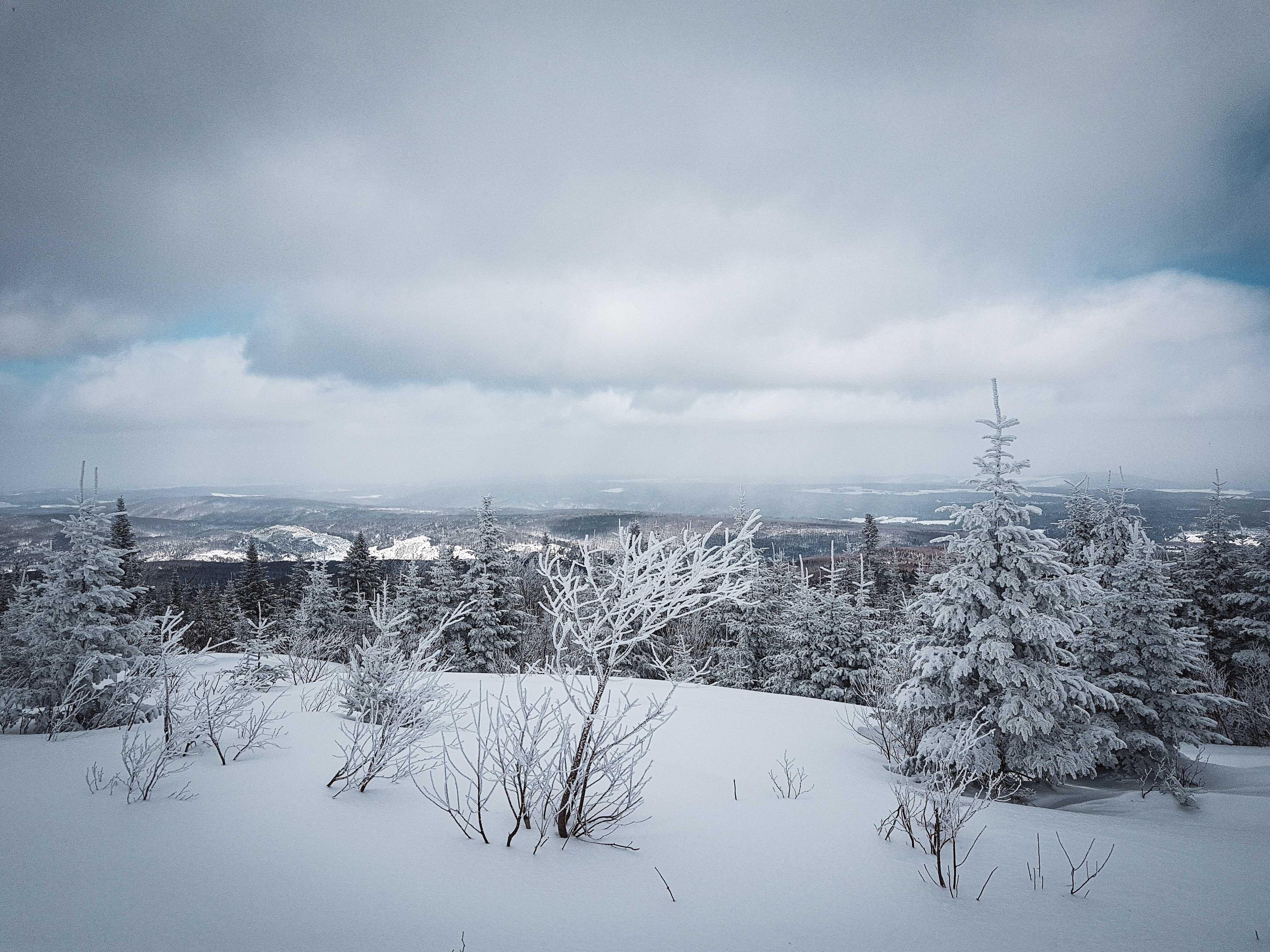 Paysage enneigé au sommet de la montagne. La photo montre les montagnes environnantes.