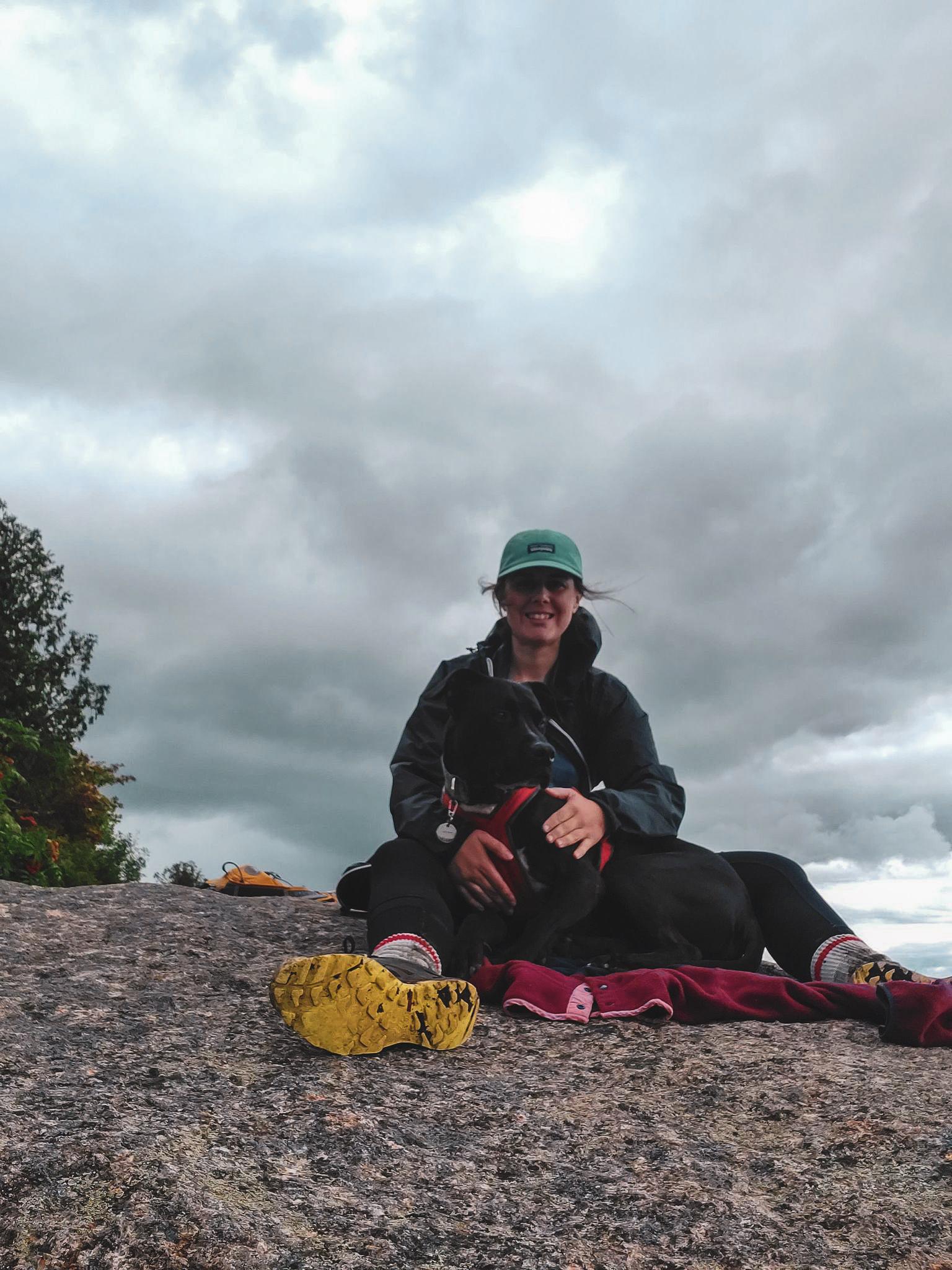 Audrée et Enzo au sommet de la montagne verte